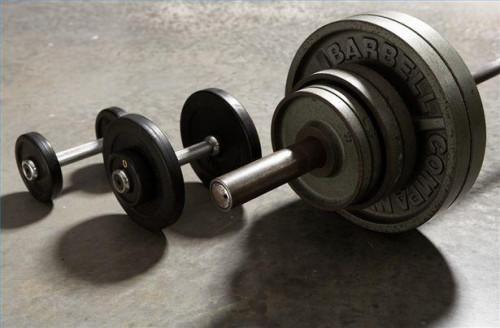 Cómo hacer un entrenamiento de peso libre predicador Curl bíceps