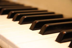Cómo aprender los acordes en el teclado