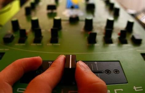 Cómo utilizar un DJ de CD mesa de mezclas
