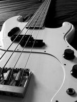 Como poner cuerdas de guitarra Tenor en una guitarra de bajo