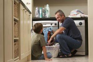 Cómo motivar a los niños a ayuda hacia fuera alrededor de la casa