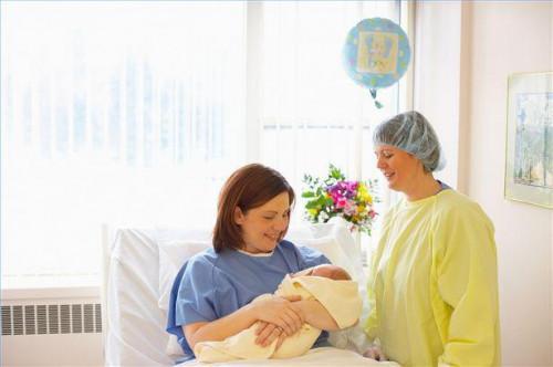 Cómo apoyar a una madre durante el período postparto inmediato