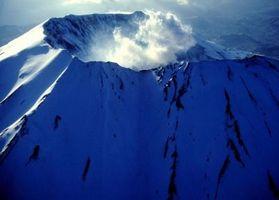 ¿Por qué se forman los volcanes a lo largo del borde de las placas tectónicas?