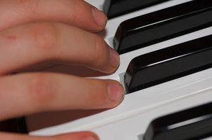 Cómo jugar un acorde del racimo en el Piano