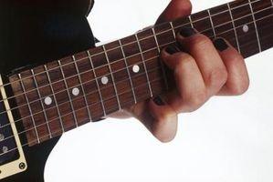 Cómo parar el dedo raspado de las cuerdas de la guitarra