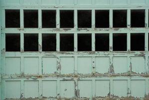 Cómo pintar una puerta de garaje de madera