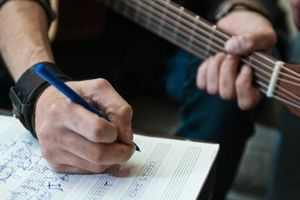 Cómo averiguar cómo jugar una canción en guitarra