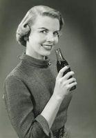 Diferentes botellas de Coca-Cola en los años