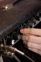 Cómo conectar un amplificador Mini guitarra eléctrica a una toma de CA
