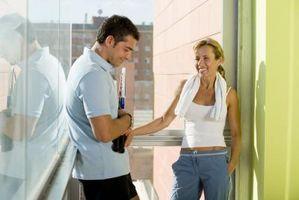 Cómo obtener la confianza para hablar a las chicas