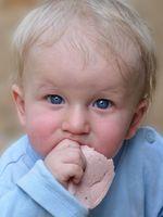 ¿Cuál es la edad del bebé seguro para comer con las manos?
