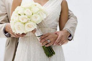 Cómo envolver cinta alrededor de un ramo de novia