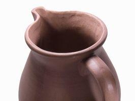 Cómo identificar una antigua jarra púrpura con sin marcas