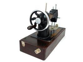 Cómo identificar una manivela de la máquina de coser Vintage cantante