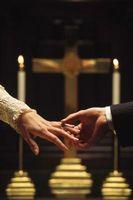 Novia y el novio vestido etiqueta para una boda católica