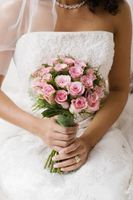 Lanzar el bouquet en una recepción de boda