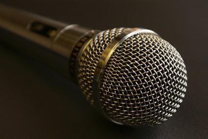 Grabaciones en casa de la música mediante un micrófono dinámico