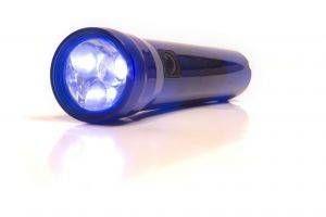 Cómo recargar una luz encendida en la linterna oscura