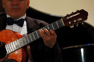 ¿Cuál es la diferencia entre una guitarra clásica y una guitarra de cuerdas de acero?