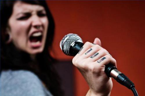Cómo cantar intervalos con solfeo y signos de la mano en el entrenamiento de la voz femenina
