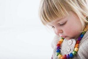 Cómo detener a niños en edad preescolar de poner objetos en la boca