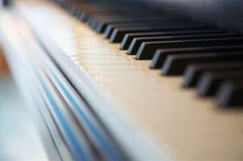 Cómo tocar las inversiones de acordes Piano